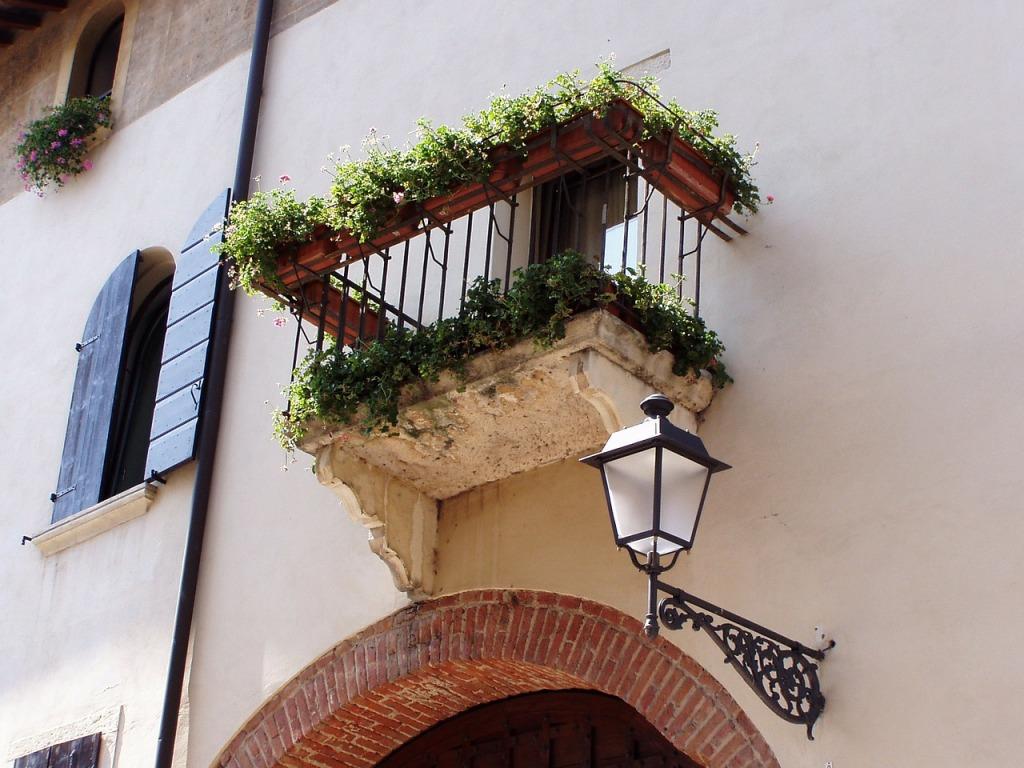 balcony-199802_1280