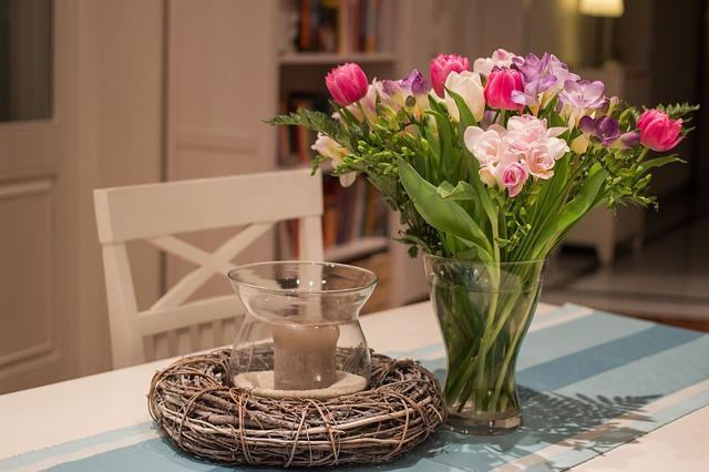 dekorace z květin na stůl